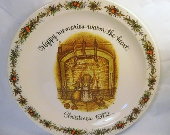 """Vintage HOLLY HOBBIE Plate 1972 CHRISTMAS - """"Happy memories warm the heart"""" - Girl & Cat waiting for Santa - Made in U.S.A. - Collectible"""