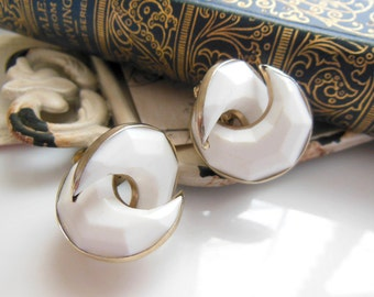 Vintage Chunky White Molded Plastic Gold Crescent Moon Screw Back Earrings RR6