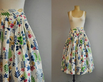 Vintage 1950s Skirt / 50s Floral Print Pleated Side Button Skirt  / White Blue Patterned Skirt