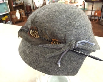 Vintage 30s Grey Cloche Hat with Feather