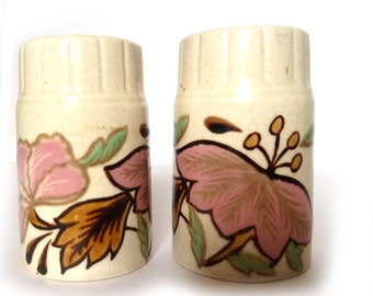 vintage pair of salt and pepper shakers - Retro floral design 1960s