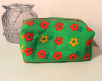 Handmade make up bag toiletry bag in green floral vintage fabrics. Fully lined. Retro style
