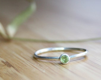 Green Peridot Ring with 3mm Round Gem Stone
