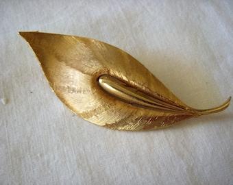 Vintage Gold tone leaf brooch by JJ 1970's