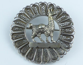 Silver brooch with a Llama or Alpaca in the centre - Stamped 925