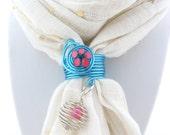 Attache étole, bijou de foulard, bleu turquoise et fleur rose, accessoire mariage