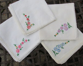 Napkins - Set of 4 - Embroidered - Serviettes - Floral - Vintage