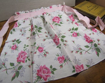 Vintage Cotton Apron - Roses in Shades of Pink With Green Leaves - Pale Pink Tie Strings