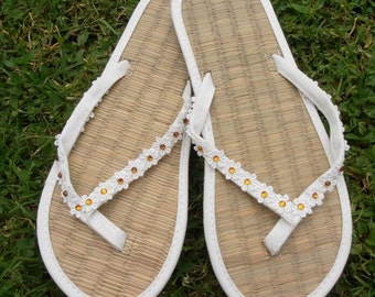 Ladies Straw Flip Flops Decorated With Small Daisy Lace