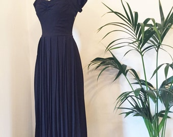 Stunning vintage 1940s black satin-backed crepe floor length evening gown