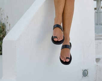 Black leather sandals with toering