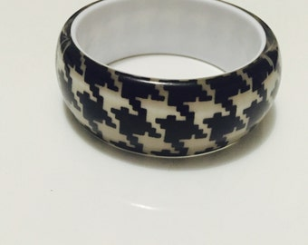 Houndstooth patterned bangle