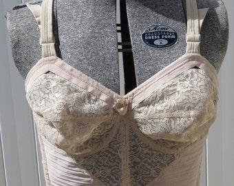 1950s wonderbra lace pointed bust bra / 1950s bra/ vintage undergarments