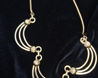 Vintage gold tone scalloped  necklace
