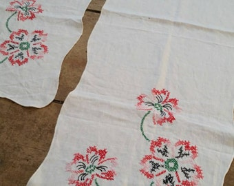 Pair of 1940's hand embroidered vintage white linen table runners with floral garlands. White linen tablecloth.