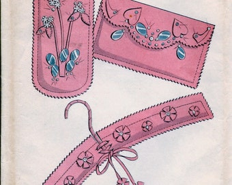 "UNCUT * 1950s Advance  Pattern 7823  -  ""Learn to Sew"" FELT NOVELTIES  Make-up Cases, Eyeglass Case, Comb Case, Clothes Hangers"