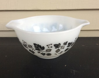 Vintage Pyrex Gooseberry Cinderella Mixing Bowl / Black and White Bowl
