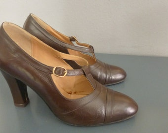 1970s T Strap heels. EU size 37 / US size 6.5. Brown leather 1920s style heels. Heel height 10 cm. In a good vintage condition.
