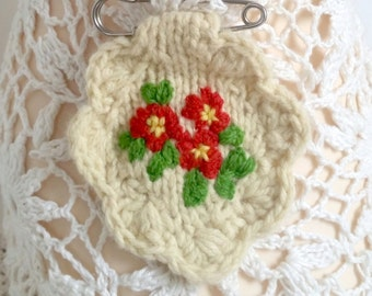 Brooch embroidered/hand knitted primrose - red