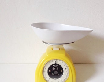 Vintage kitchen scales, Salter scales model 59, 1960s yellow kitchen scales