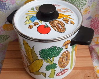 Vintage Enamel Stock Pot/Decorative and Functional Vintage Cookware/Vegetable and Seafood Cookware for the Retro Kitchen/Colorful Enamel