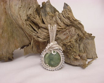 Green serpentine round stone beaded wire-wrapped pendant