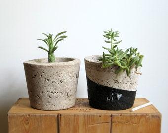 CONCRETE Hypertufa PLANTERS—Set of 2 Round Succulent Pots Slate Marker—Wedding Housewarming Home & Garden decor—Planteur Beton / Maceta Gris