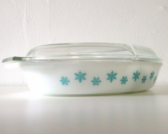 Vintage Pyrex Snowflake Turquoise Oval Divided Serving  Dish With Glass Lid - 1 1/2 Quarts