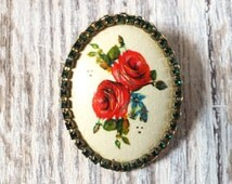 Vintage red roses brooch with sparkling green diamante surround, lovely condition, claw set stones, flowers floral garden interest, pretty!