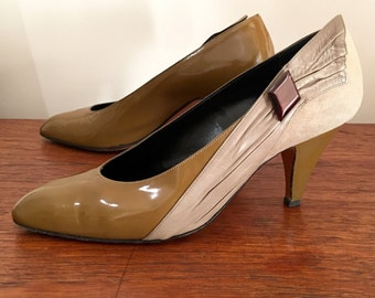Gevin. Size 38 au 7. Made in italy sublime embellished 80's pumps in olive green patent, suede and nubuck leather.
