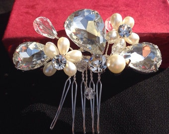 Pearl and crystal Bridal hair comb Wedding headpiece Pearl hair accessories Swarovski crystal Headpiece Wedding party hair comb Headpiece