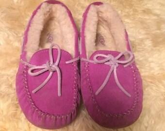 Vintage ugg moccasin loafer style slupper shoes, girls size 2, sheepskin lined pink uggs, pink ugg moccasins, little girl uggs, magenta uggs