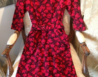 Hillora 60's cord red and  black sheath dress. Pockets. Belt. Sweetheart neckline. 37x27x38x39 length