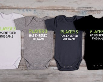 PLAYER 3 Has Entered The Game One Piece, Gamer Baby Outfit, Gamer Gifts, Cool Baby Clothes, Gamer Baby Gift, Birth Announcement Bodysuit