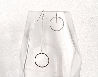 Asymmetric wire circle earrings