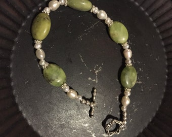 Peridot, Pearls  and sterling silver toggle clasp bracelet(933)