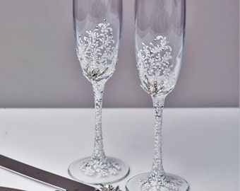 White Wedding glasses and Cake Server Set Wedding Cake Knife white and silver, Toasting flutes and cake cutting Champagne glasses, set of 4