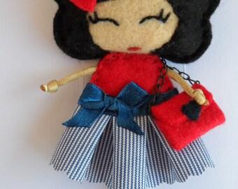 Broche muñeca de fieltro y tela para ropa