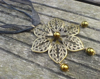 Necklace flower color bronze and glass beads