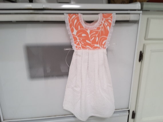Coral hanging kitchen towel with potholders 1600