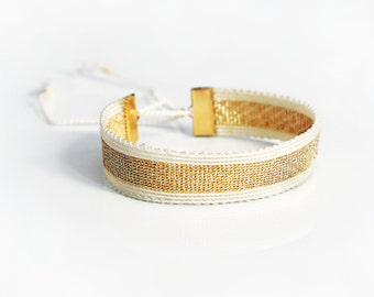 Bracelet scali and silk thread.