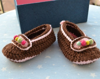 Booties made of wool with beads for baby girl