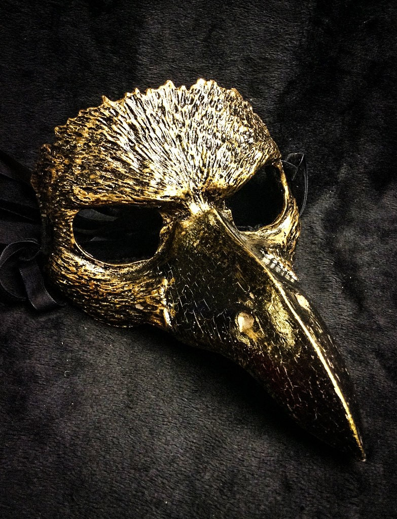 A masquerade mask is one of the most classic expressions of this ethos there is, an intimate and elegant domino that hides part of the face, usually from the base of the nose to the brow, and meshes well with a classic style of costume dress.