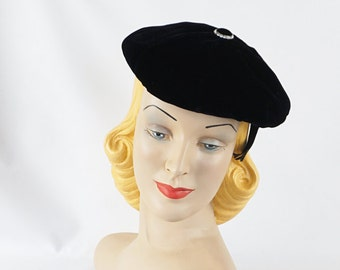 Vintage 1950s Hat Black Velvet Beret with Rhinestone Button Sz 22