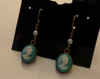 Dainty Lady Cameo with Pearls, turquoise