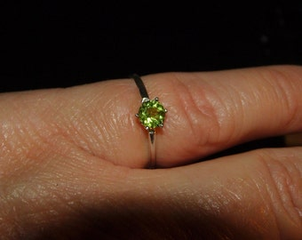 Peridot Gemstone Solitaire Ring,Size 7 1/2, Sterling Silver