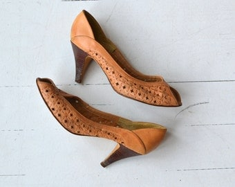 Olinda Peeptoes | vintage 1970s leather heels | tooled leather stacked heel 70s shoes 6.5