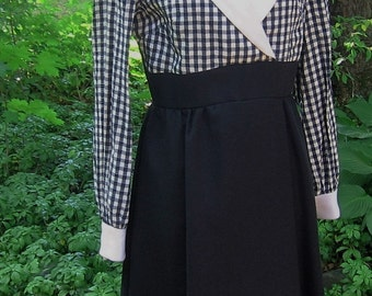 Vintage Day Dress Black and White Seersucker Collared Top w Sweet Daisies Corsage Long Cuffed Sleeves Back Zipper Lined Black Skirt SZ 14
