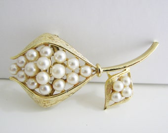 Vintage gold bud flower brooch with white pearl accents (H10)