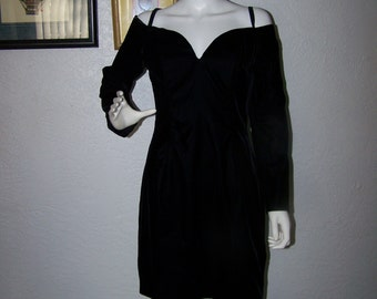 Vintage 1980s ROBERTA Black Off Shoulder Velvet Mini Cocktail Dress Size 11/12 Revealing Sexy Formal Party Dance Prom Club Summer Elegant